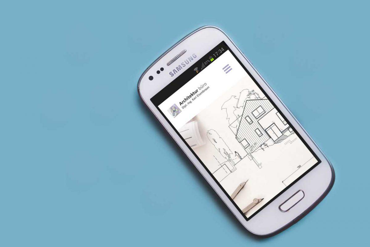Smartphone Auf Dem Die Responsive Startseite Des Architekturbuero Eisenbraun Geöffnet Ist