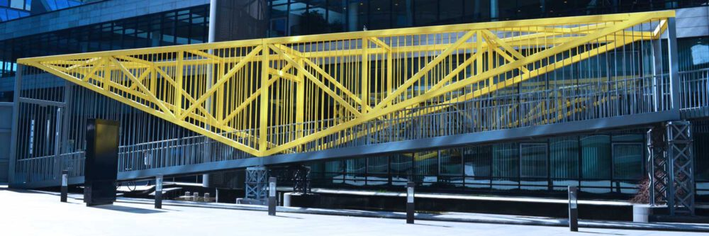 Die gelbe Fußgängerbrücke in Stuttgart. Fotografiert von Vera Eisenbraun